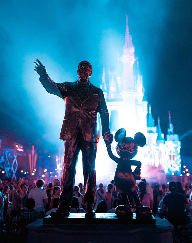 Walt Disney mit Micky Maus vor dem Disney Land