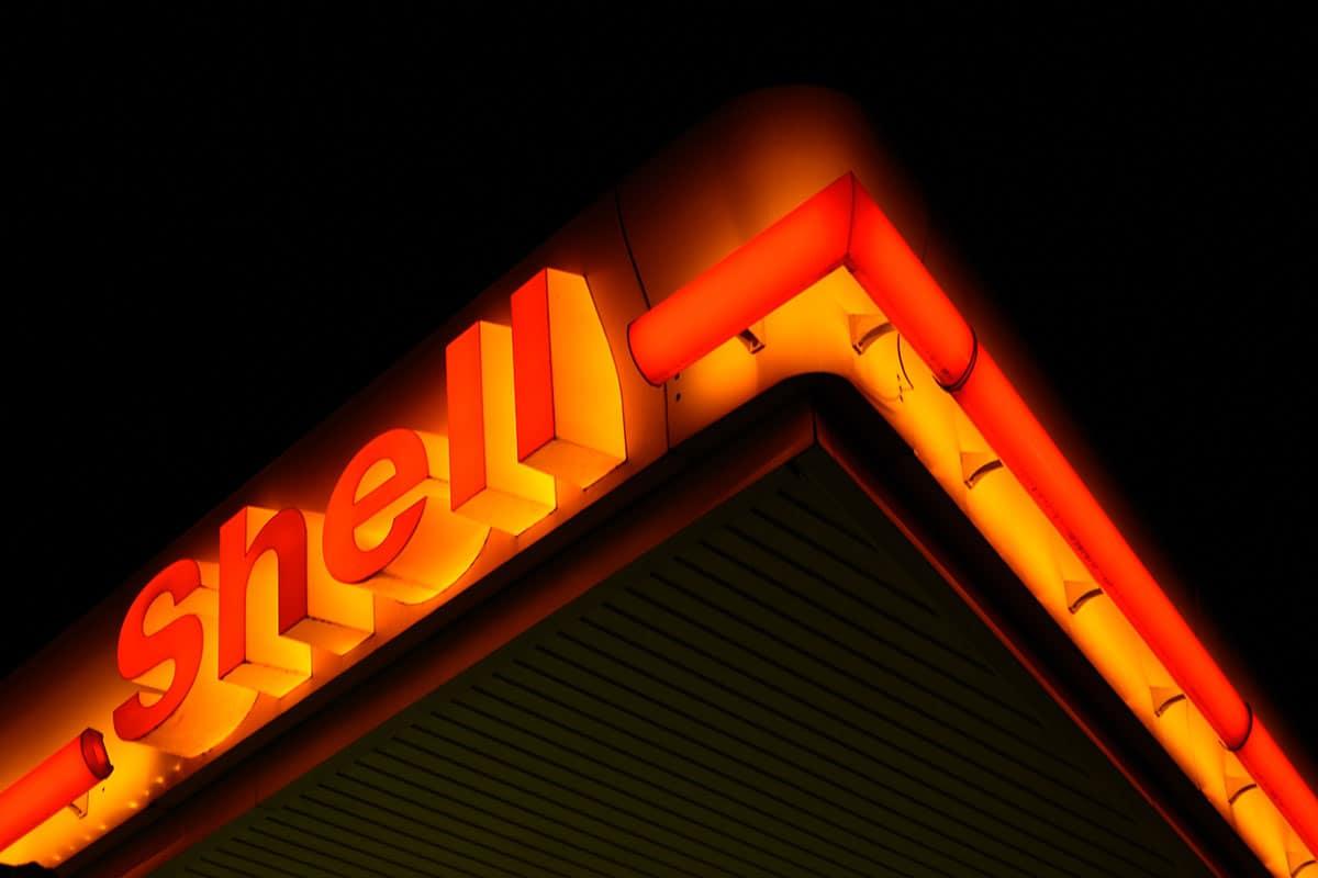 Shell Tankstelle bei Nacht