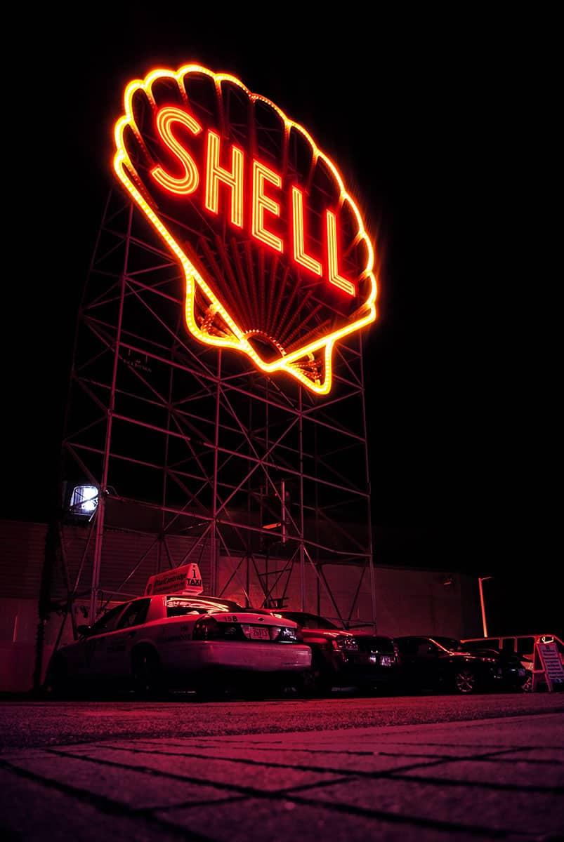 Shell Neon Logo bei Nacht