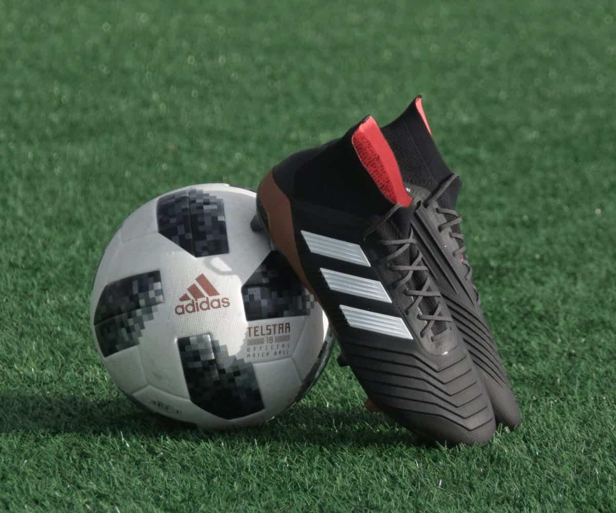 Adidas Schuhe und Fußball