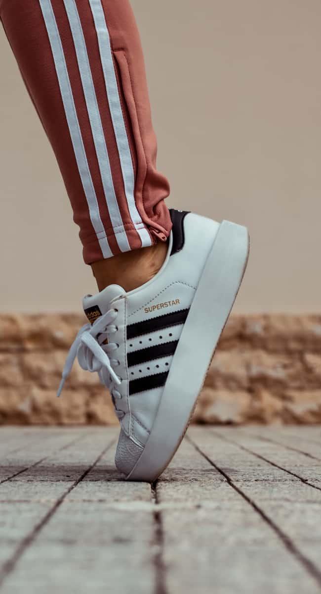 Adidas Superstars und rote Jogginghose