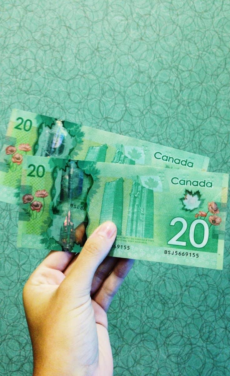 Hand voll kanadischer Dollar
