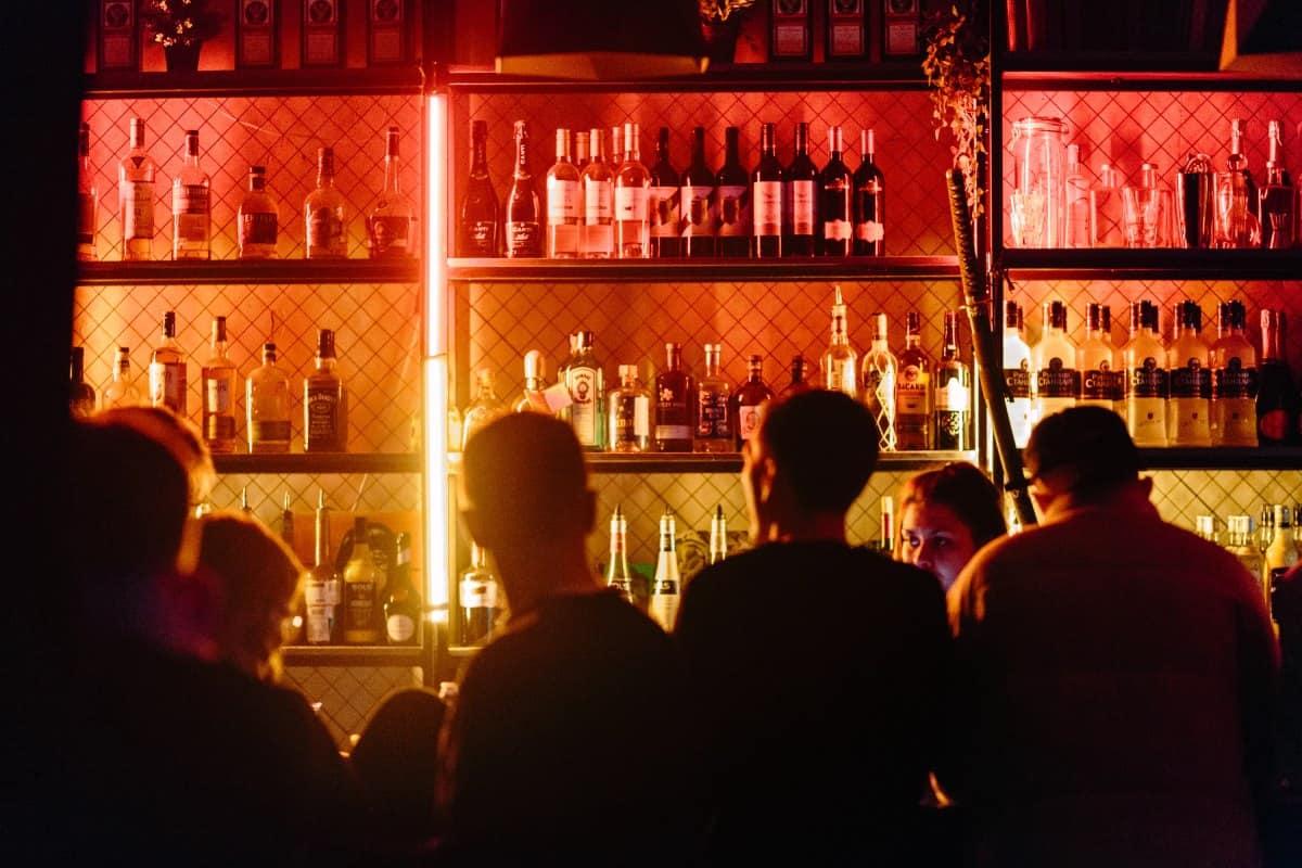 Gemeinsam mit Freunden in der Bar
