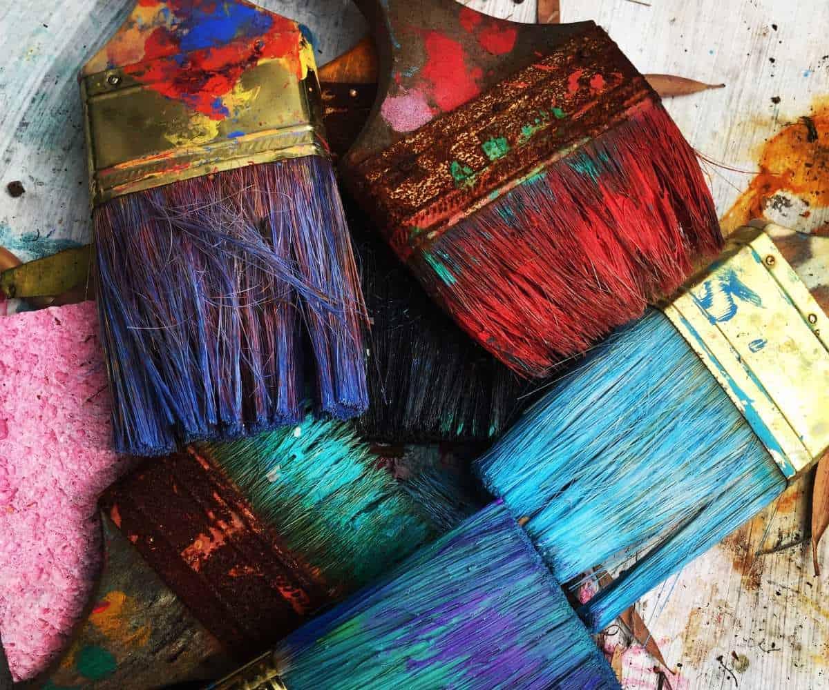 Farbverschmierte Pinsel von Sherwin Williams