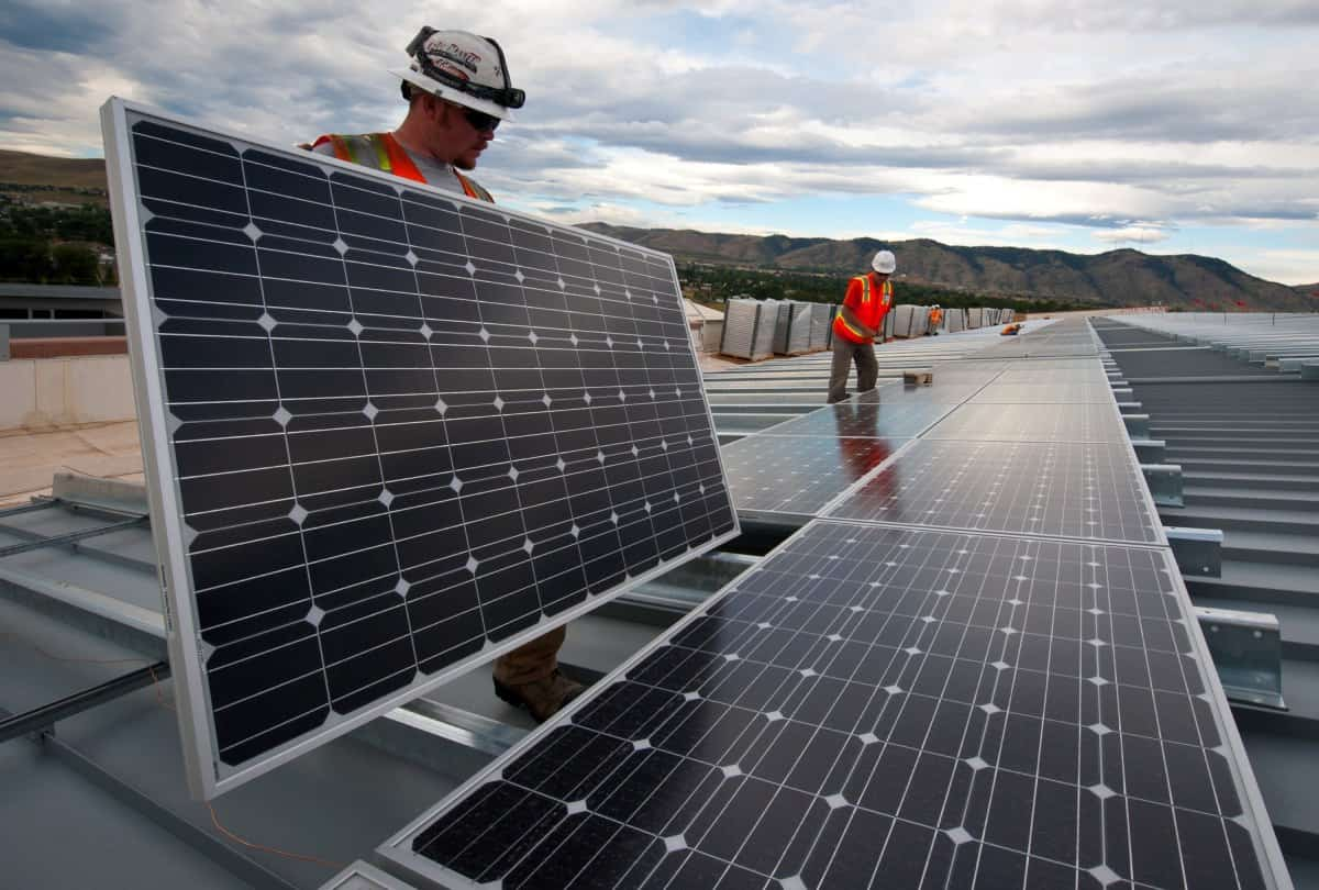 Einbau neuer Solarpanels bei NextEra Energy