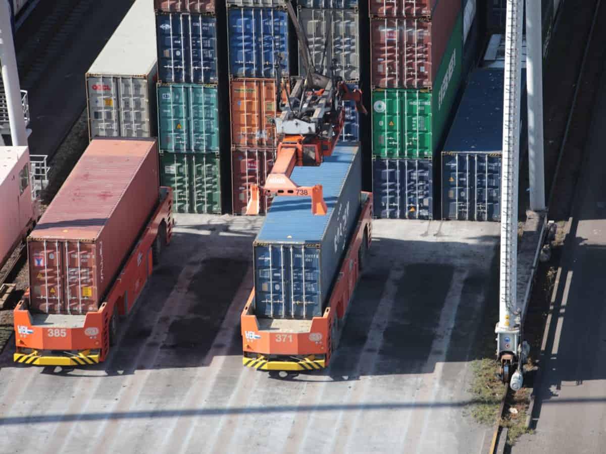 Frachtübergabe von LKWs auf Schienentransport