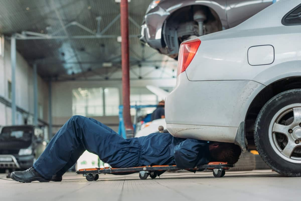 Ein Genuine Parts Automechaniker bei der Arbeit