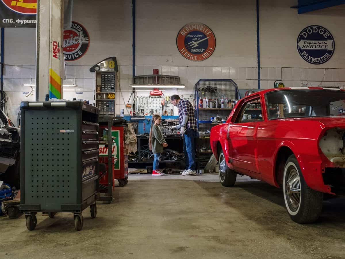 Hübscher Oldtimer in einer Autowerkstatt