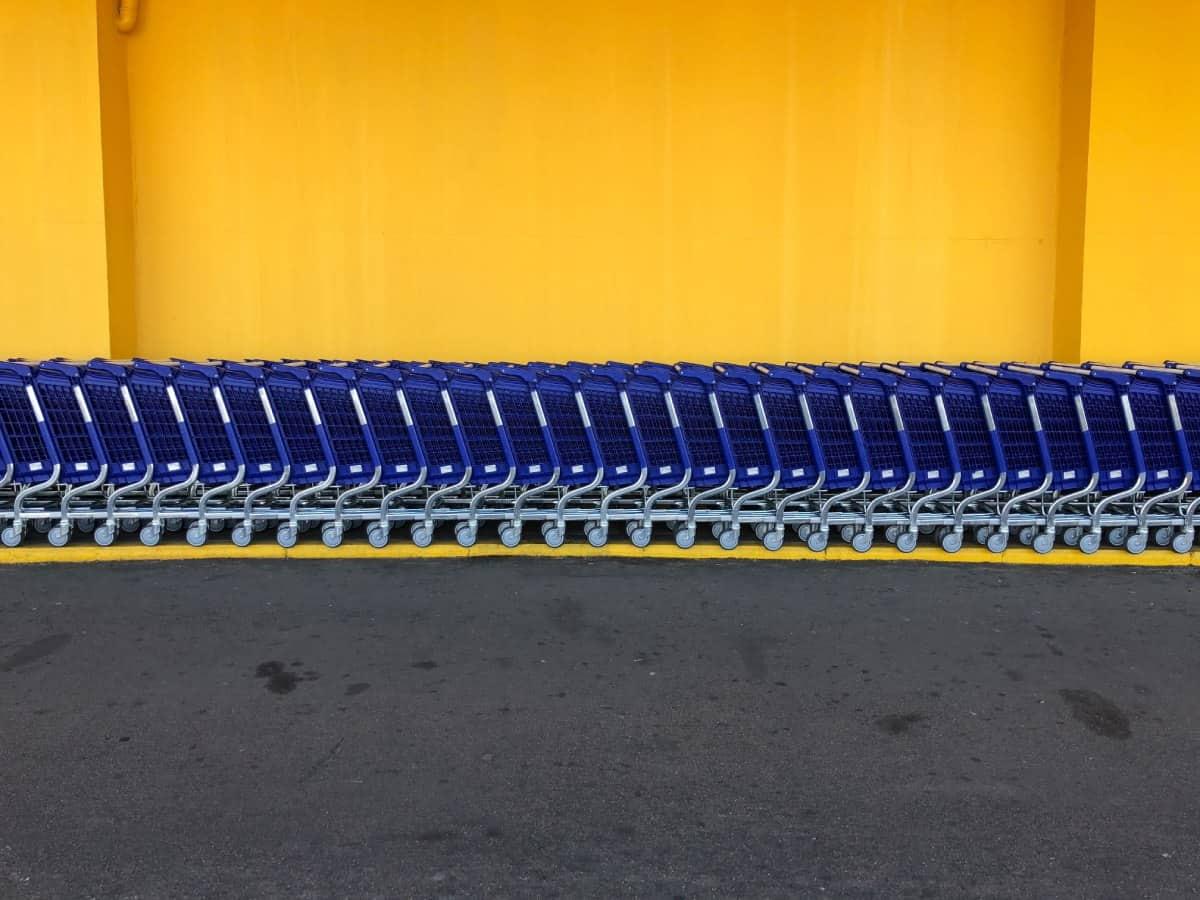 Einkaufswagenschlage vor einem Walmart Einkaufszentrum